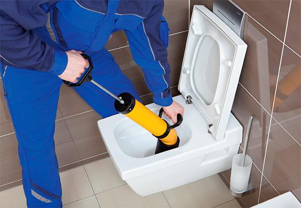 мастер прочищает канализацию в квартире